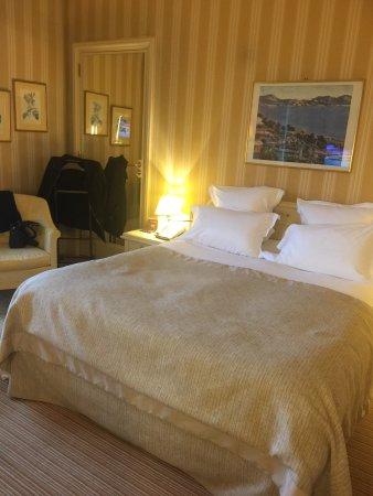 Divonne-les-Bains, Frankreich: Salle du petit déjeuner et notre chambre