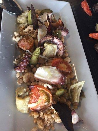 Tierra Batida: Pulpo a la plancha con mollitas, pimentón de la Vera, berenjena y tomate asado