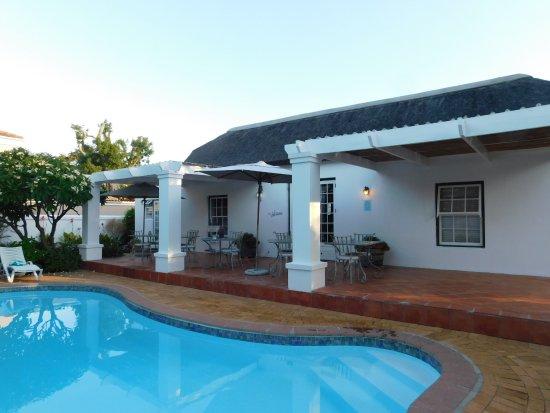 Tokai, Sudáfrica: Terasse am Pool, hier wird bei gutem Wetter gefrühstückt