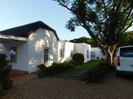 Tokai, Sudáfrica: Parkplätze befinden sich auf dem ummauerten Gelände, im Hintergrund ruhige Zimmer mit Patio