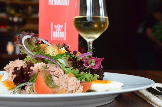 Doetinchem, Países Bajos: Een frisse tonijnsalade, heerlijk met een glas Monterre viognier