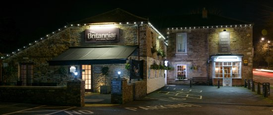 The Britannia Inn & Waves Restaurant: Britannia front entrance view at night!