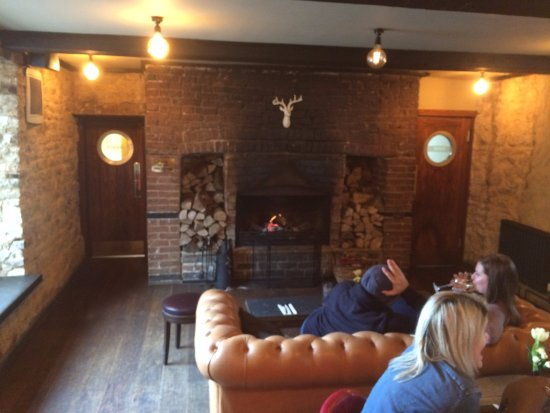 Cosgrove, UK: Lounge and open log fire :-)