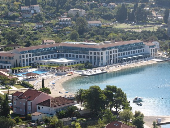 Admiral Grand Hotel: Beach and hotel from little chapel on the hill