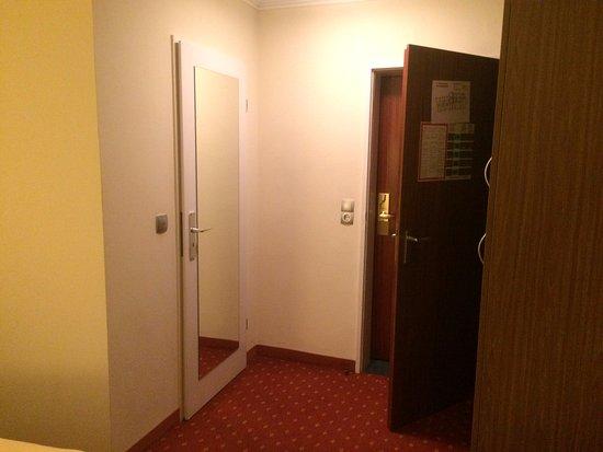 Kamer deuren (links badkamer en de dubbele deuren naar de gang ...