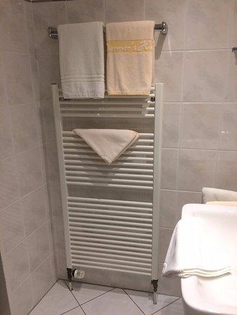 Handdoeken en radiator voor een heerlijke warmte in badkamer ...