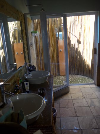 Addo, Afrique du Sud : bathroom and open air shower