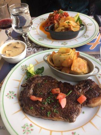 Montmorillon, France: Pave de morue et boeuf suce aux pleurotes - magnifique!