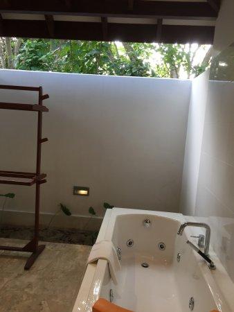 salle de bain avec jacuzzi ciel ouvert bild von summer island maldives ziyaaraifushi. Black Bedroom Furniture Sets. Home Design Ideas
