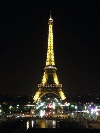 der eiffelturm mit den vielen lichtern zur vollen stunde bei nacht picture of eiffel tower. Black Bedroom Furniture Sets. Home Design Ideas