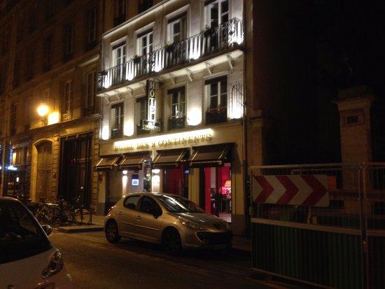 Hôtel des Deux Continents : Die Hotelfront an der Rue Jacob bei Nacht