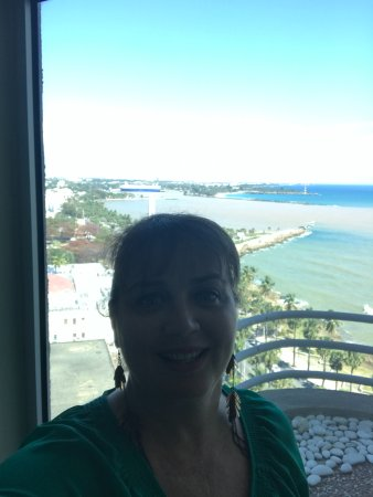 Crowne Plaza Santo Domingo: What a great view from the bathroom besides the hotel´s club. I could not stop myself jijiji