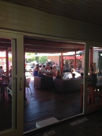 Robertson, Zuid-Afrika: View from deli onto veranda (with musician in corner)