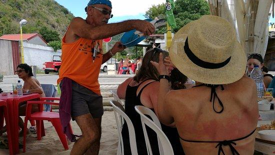 Les Anses d'Arlet, Martinique: Claude bondissant avec ses assièttes...