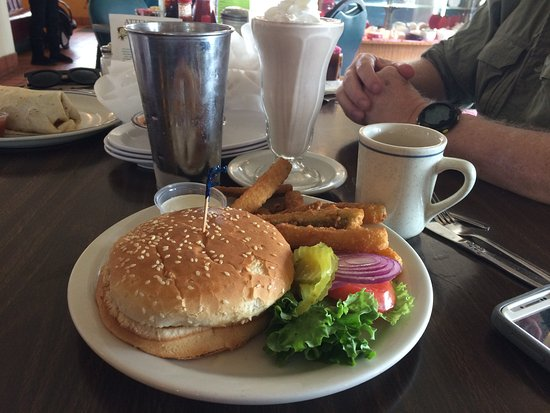 Beaumont, Kaliforniya: I had a classic burger and chocolate malt.