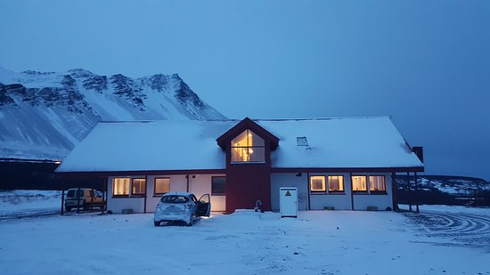Borgarnes, Islandia: hotel with the mountains on one side and the river in the other