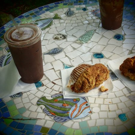 Charlestown, RI: Iced mocha and a shared muffin (they're huge!)