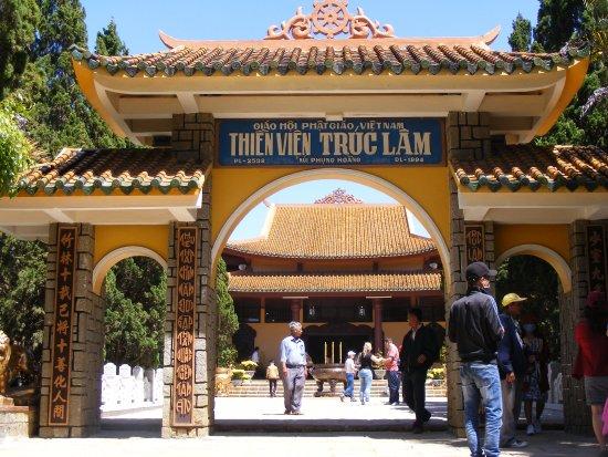 Cổng tam quan hướng Nam của Thiền Viện Trúc Lâm (Đà Lạt). - Ảnh của Thiền  Viện Trúc Lâm, Đà Lạt - Tripadvisor