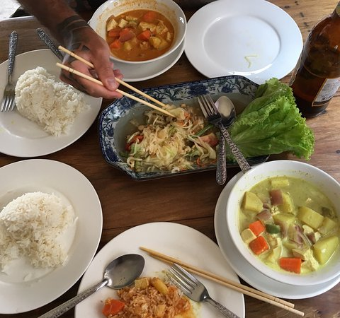 Luang Namtha, Laos: Absolutely delicious dinner! Green and red curry with tofu and papaya salad of course :)