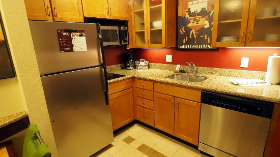 Dulles, Βιρτζίνια: The kitchen in room 328