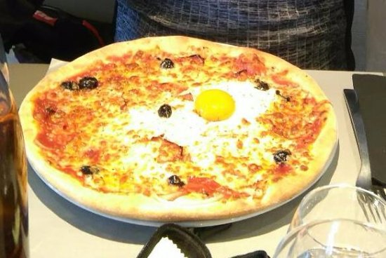 Les Tufs : Pizza with egg