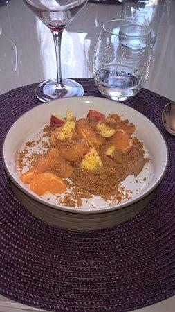 Durtal, Francia: Dessert de fruits de saison (mangue,mandarine,pomme, poires) agrémentés de brissures de spéculos