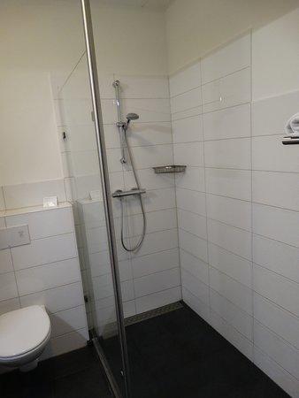 Badkamer met douche en.. - Foto van De Bonte Wever, Assen - TripAdvisor