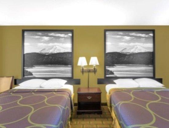 Super 8 Corning : 2 QUEEN BEDS ROOM