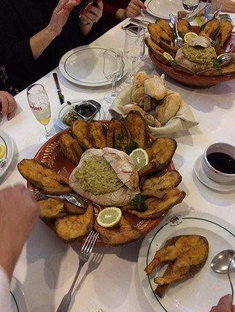 Vila Verde, Portugal: Sável do Rio Minho frito e guarnecido com açorda das suas próprias ovas.