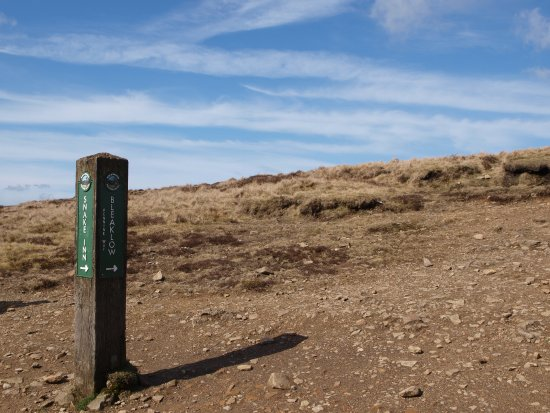 Peak District National Park, UK: Sign to snake pass and Bleak Low