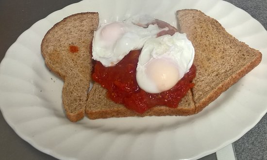 Meriden, UK: poached eggs and tomatoes on toast