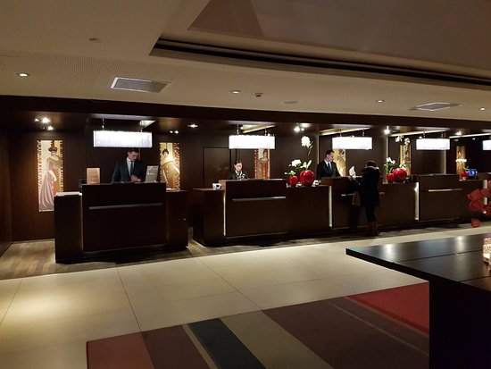Sofitel Budapest Chain Bridge: Check-in area