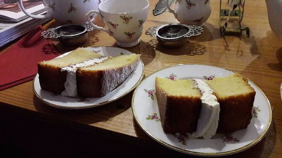 Pembridge, UK : cake slices were so big we cut our in half yum yum