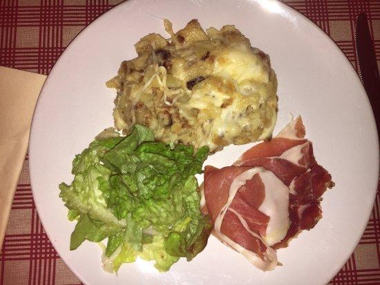 Besse-et-Saint-Anastaise, Francia: Truffade accompagnée de jambon fumé et de salade verte