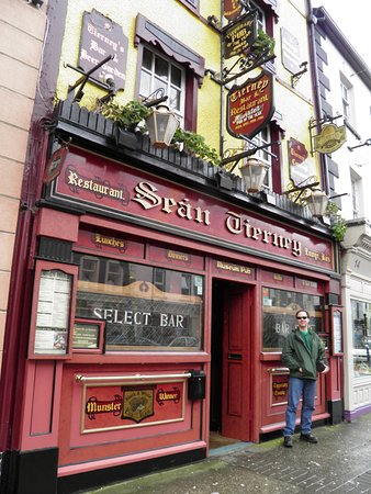 Clonmel, Irlanda: That's me again. That beautiful facade beckons to passersby.