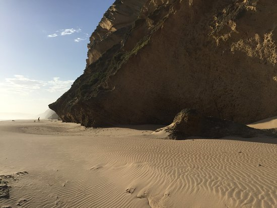 Sedgefield, Sudáfrica: Walkers are dwarfed by the huge overhangs
