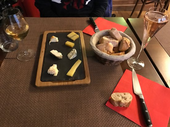 Sézanne : Cheese plate with local wines