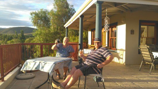 Calitzdorp, Sydafrika: Andrew & Nell, our hosts on the verandah