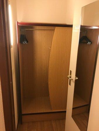 Kast staat in halletje naar badkamer - Foto van Campanile Hotel ...