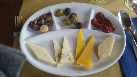 Linguaglossa, Italy: A nice selection of mushrooms, olives, cheeses, and sun-dried tomatoes