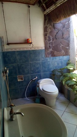 Amarta Beach Cottages: The bathroom is semi-outdoor