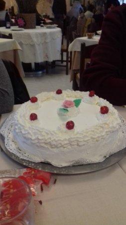 Province of Vercelli, Italien: La torta di compleanno preparata dal ristorante appositamente per noi.