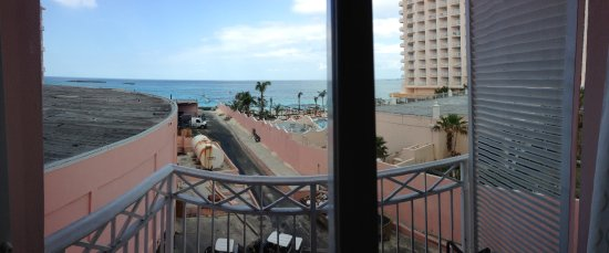 Atlantis, Beach Tower, Autograph Collection: Nice terrace, but the view leaves something to be desired.