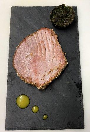 Dogana, San Marino: Tagliata di tonno rosso in crosta di sesamo e tortino di bietole