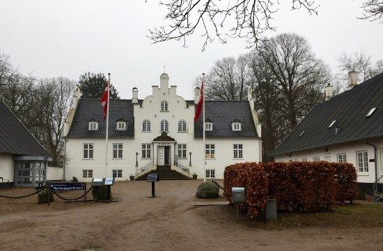 Espergaerde, Denmark: Museet. Til højre ligger spisestedet