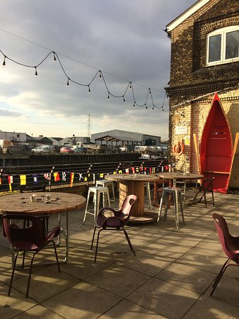 Barking, UK: Our river view terrace