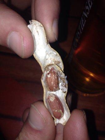 Noccioline vecchie con tanto di vermi.. strisciavano sul tavolo aperte le noccioline....