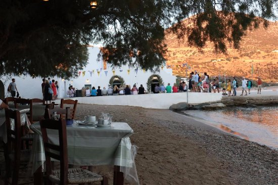 Vathi, Grecia: People waiting at the church