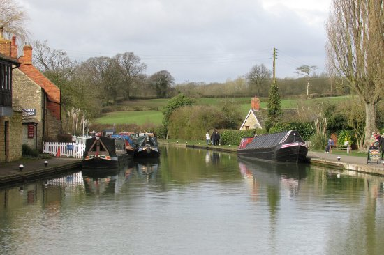 Stoke Bruerne, UK: View looking north up canal