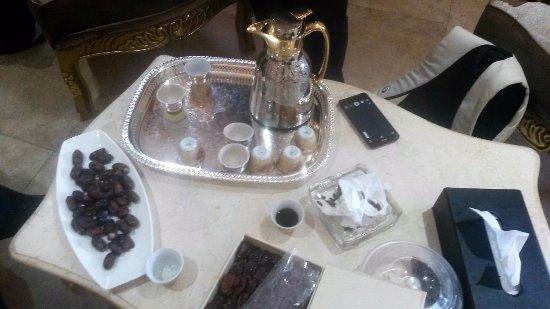 Muttrah, Oman: accolti con caffè e datteri